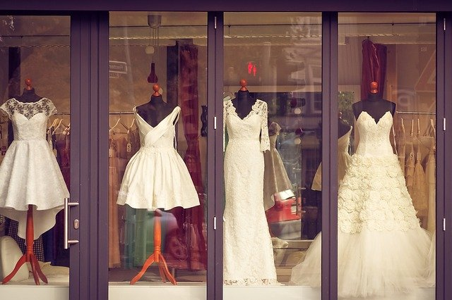 svatební šaty na figurínách