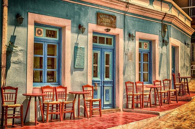 židle před kavárnou