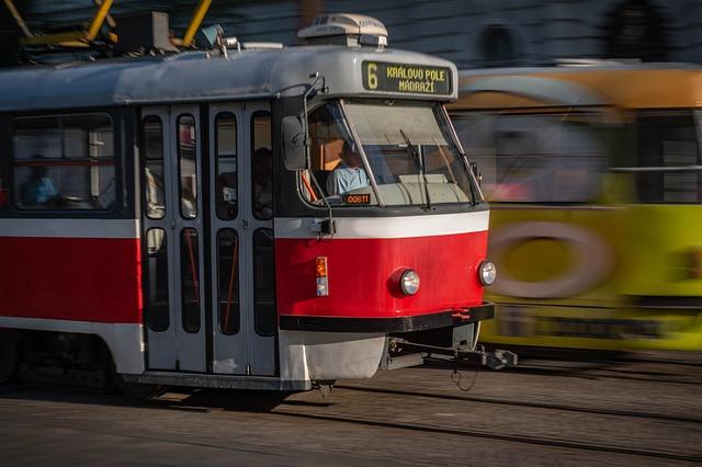 tramvaj ve městě