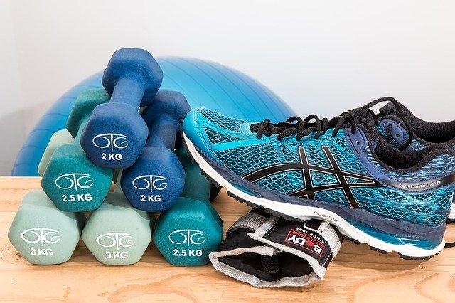 fitness činky bota míč a rukavice